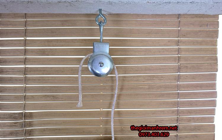 Luồn dây kéo cho mành tre trúc che nắng